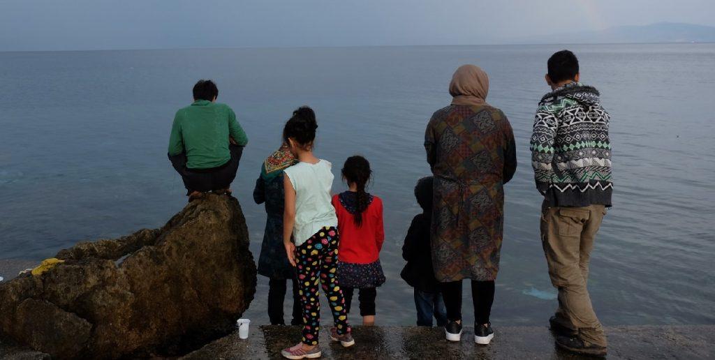 Persones mirant el mar