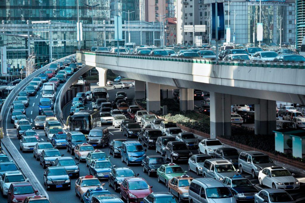 Imatge d'una congestió de cotxes a una ciutat