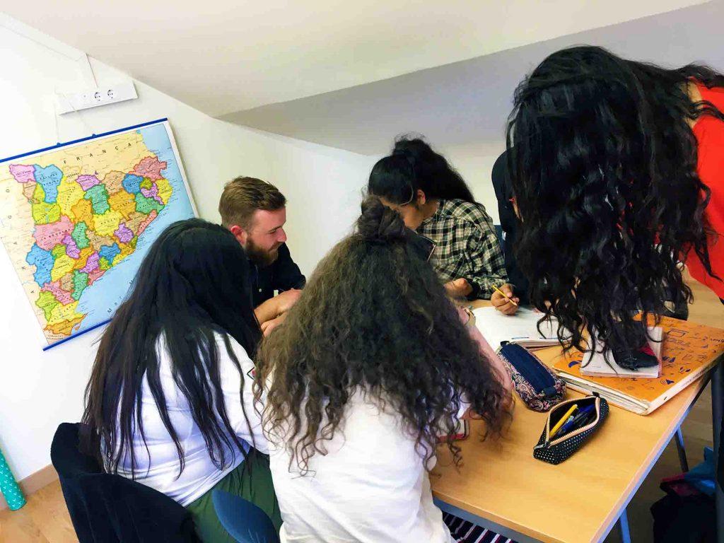 imatge de noies que participen al projecte de la brúixola