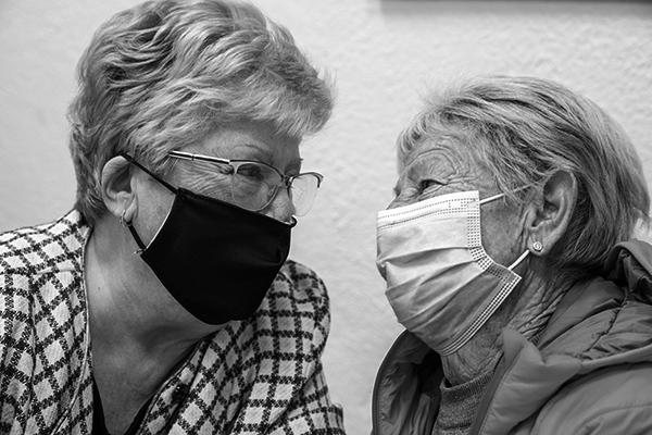 imatge de dues dones grans que es miren