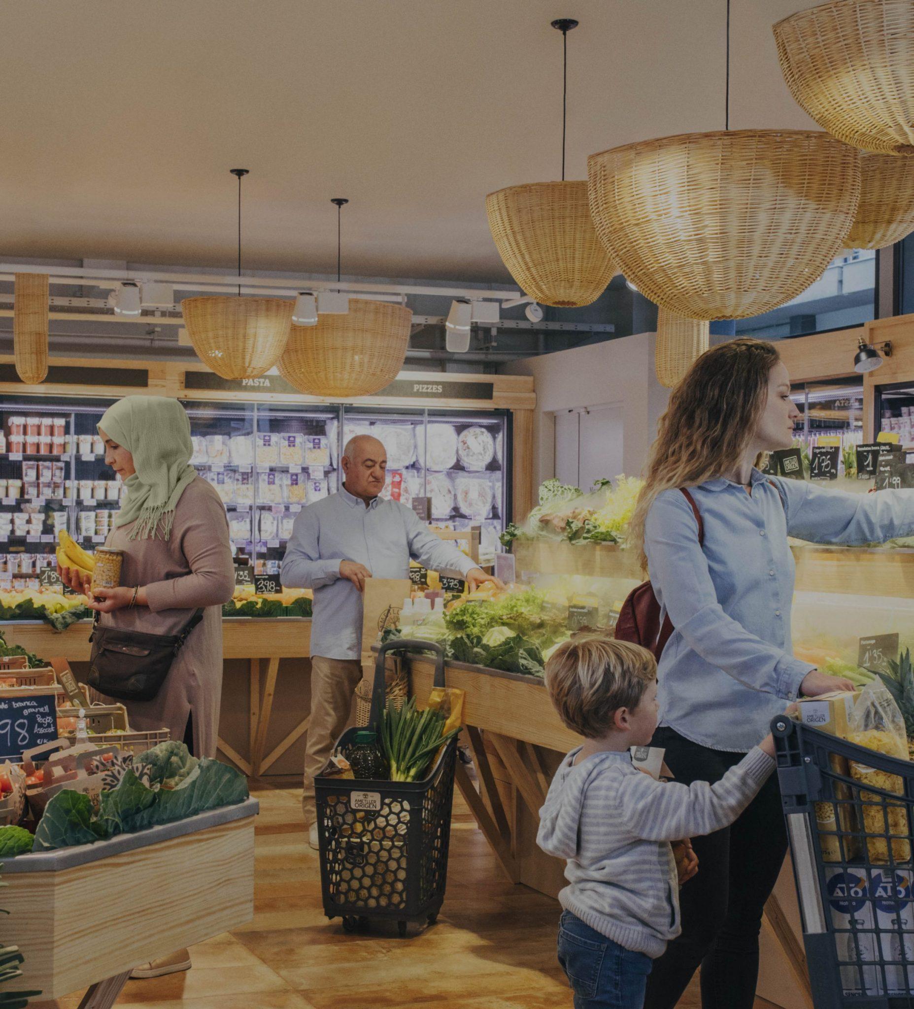 persones comprant en un supermercat